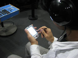 Photo of experiment of response aggregation with headphones and a PDA