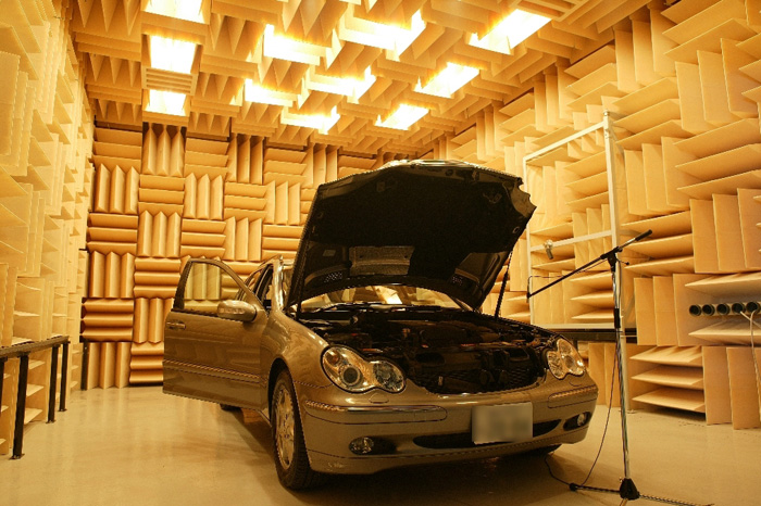 Anechoic room for a vehicle
