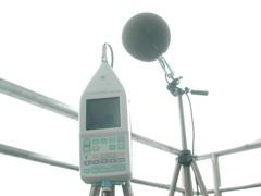 Low-frequency sound level meter with wind screen