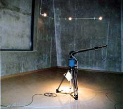 マイクロホンローテータが設置された残響室の写真