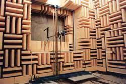 マイクロホン移動装置が設置された無響室の写真
