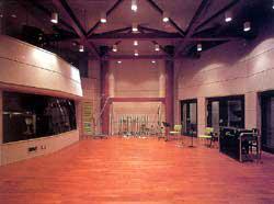 写真-1 スタジオフロアー(左がコントロールルーム、右が各ブース)