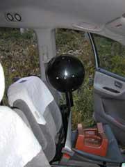 走行中の自動車の車室内音源探査例