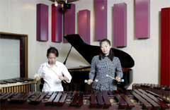 佳代子さん(右)とアンサンブルメンバーとの音合わせ風景