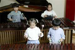 チビッコマリンバ教室も好評で将来のミュージシャン養成中
