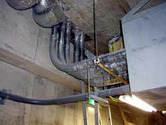 地下設備電気配管群