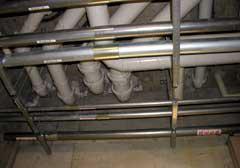 地下1階の天井部分に配水管関連も集中している