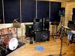 スタジオ内における大音量発生装置の様子