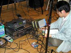 スタジオ内装材の部位毎の振動測定の様子