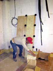 浮床新工法施工中;大工さんの工夫により防振ゴムを合板にタッカーで止めています