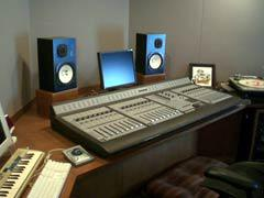 写真12 メインコントローラー:DEGIDESIGN ProControl & ProTools 7.1 モニター:YAMAHA NS-10M Studio