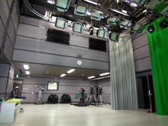 写真1 撮影スタジオ全体(副調室側を望む)