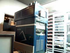 写真13 映写室内のDLPプロジェクターとAMPラック