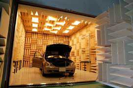 【写真-15】 半無響室内の自動車