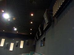 【写真-21】 映画館に設置された円筒状吸音体