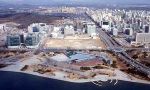 写真1 建設前の計画地(中央の空き地)