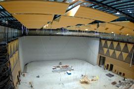 写真8 公開ホール(正面ホリゾント、側壁拡散体)