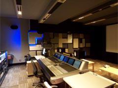 写真-2. 第6スタジオ階段状の天井と青色LED照明