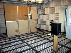 写真2 無響室実験の様子(単板)