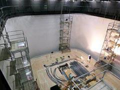 写真7 テレビスタジオホリゾント壁 塗装最終段階