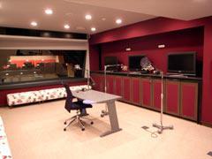 写真2 Studio (Control Roomを臨む)