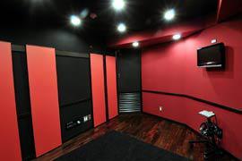 ブース(左壁の赤い板が拡散板)