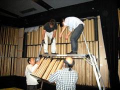 写真10 社員による音響調整...「む~~~重たい。」