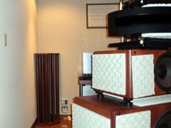 写真5 現在は部屋の前方両隅に『コーナー型ANKH』も導入。コーナーの適切な拡散による音響効果は予想以上に大きいことを実感