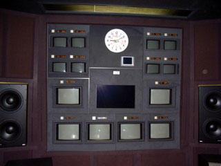 既存モニター棚 : 吸音性クロス貼り