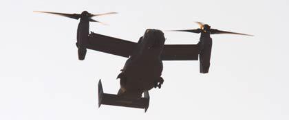 写真3 固定翼モードからヘリコプターモードへ遷移途中のMV-22