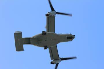 写真4 マイクロホンの真上をヘリコプターモードの「少し手前」状態で通過するMV-22