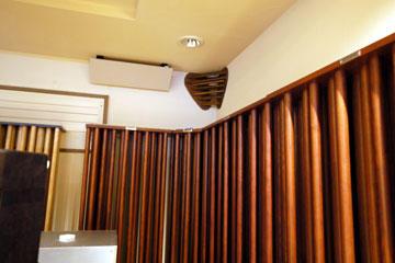 図8 部屋前方の天井コーナーに設置されたANKH