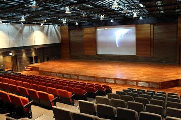 多目的ホール(147坪)試写設備 / 稼働椅子&稼働舞台